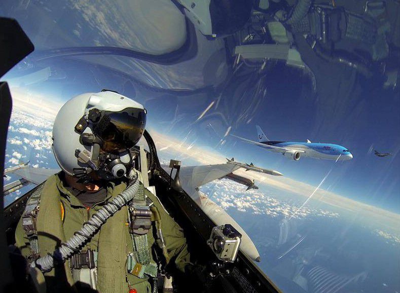 F-16-Pilot-Selfie-with-Dreamliner