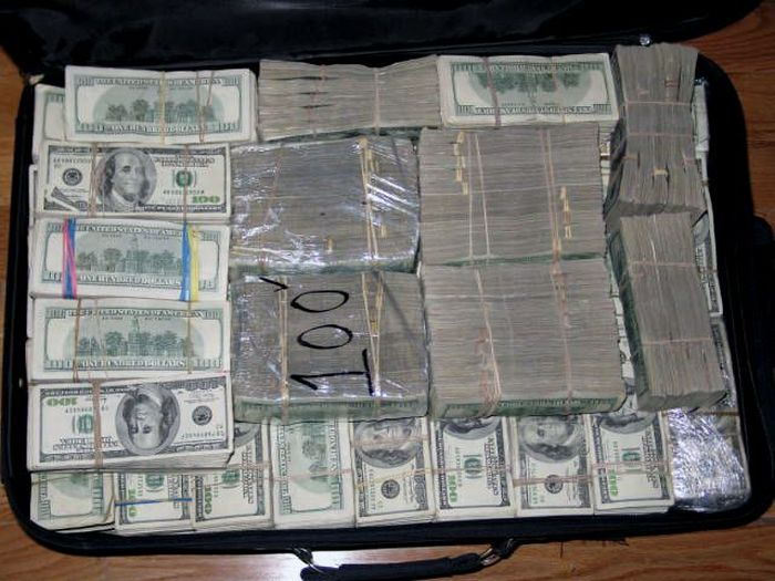 Mexican-Drug-Lord-Home-More-stacks-of-cash